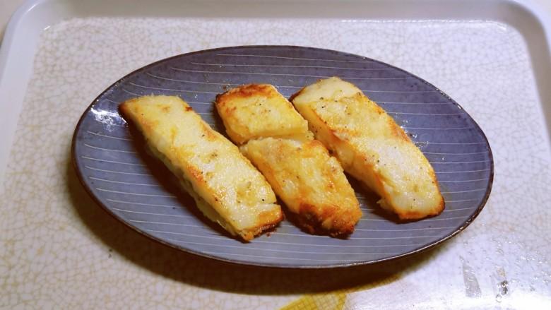 金汤鱼,出锅,摆放盘中。