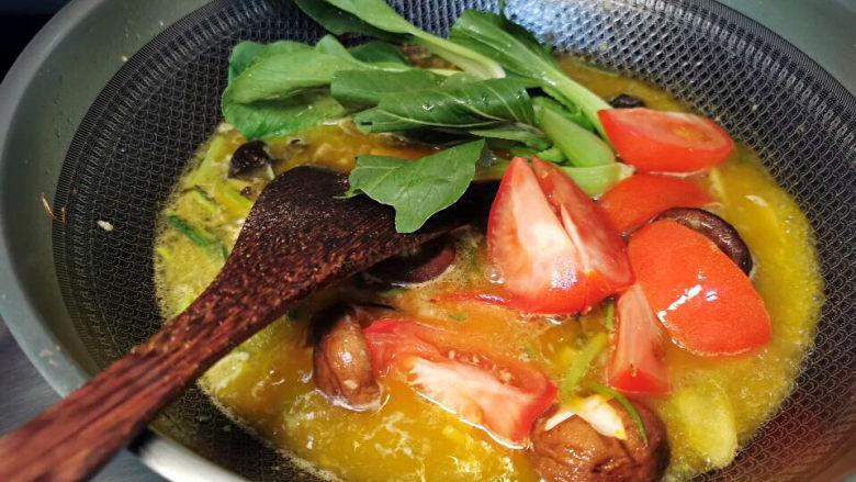 金汤鱼,煮开后,先将所有辅料煮熟,捞出放入成品锅中