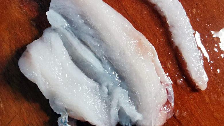 金汤鱼,鱼肉切成兩段,取下鱼骨