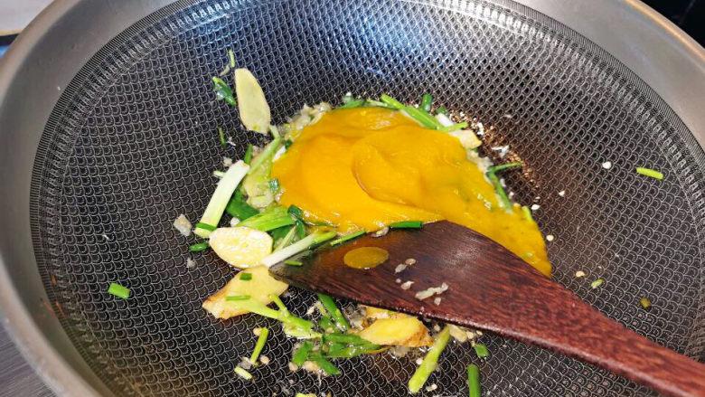 金汤鱼,葱花爆香,加入南瓜泥及小米椒末