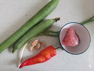 丝瓜肉片,准备食材备用