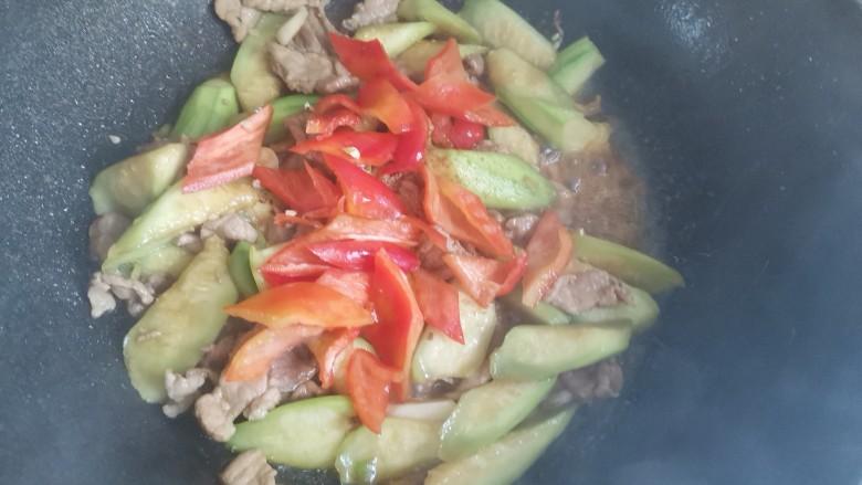 丝瓜肉片,加入红椒翻炒至断生