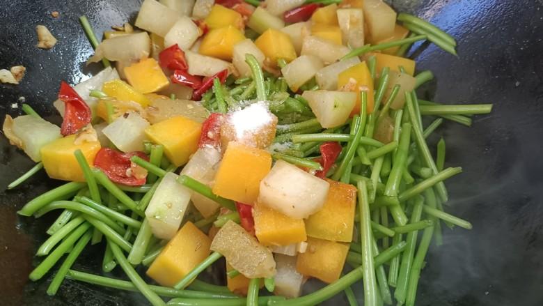 杂炒时蔬,加入食盐,味精,炒匀