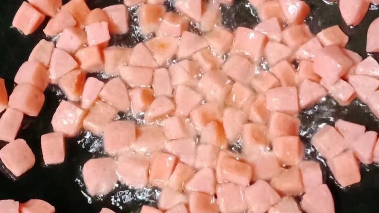 杂炒时蔬,热锅下油,倒入火腿丁炒香盛出