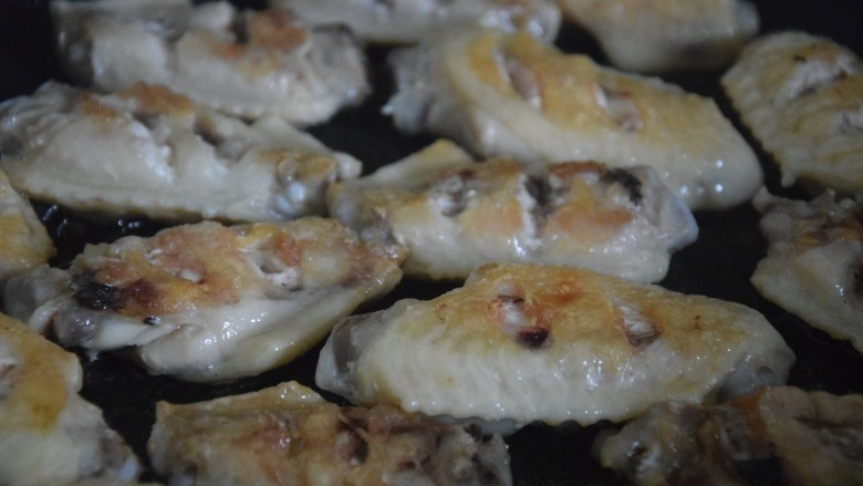 雪碧鸡翅,翻面继续煎至两面金黄