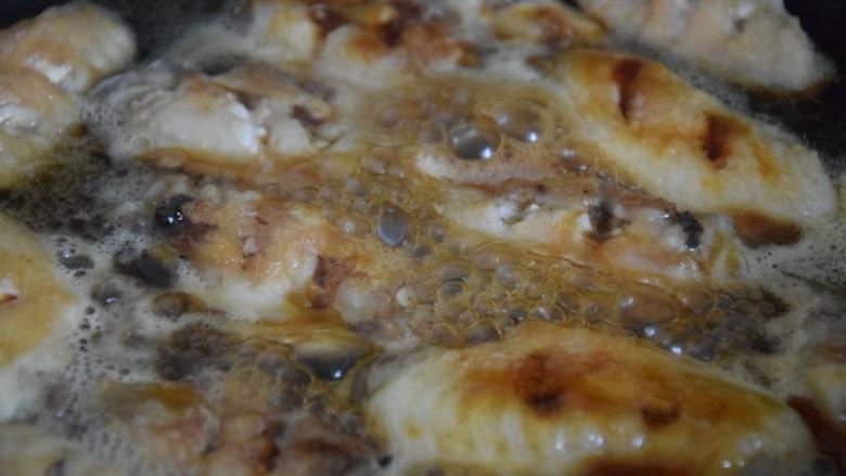 雪碧鸡翅,倒入备好的调料,小火慢煮