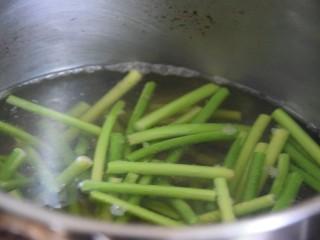 蒜苔香干,蒜薹倒入开水锅中煮两分钟左右