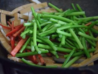蒜苔香干,加入蒜薹和红椒