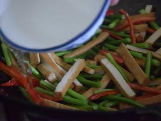 蒜苔香干,淋入清水翻炒三分钟左右
