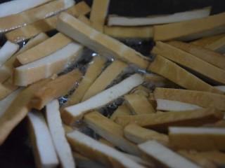 蒜苔香干,热锅凉油,倒入香干翻炒一分钟