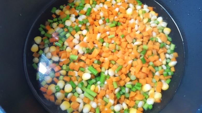 杂炒时蔬,加入其他蔬菜再煮1分钟捞出过凉备用。