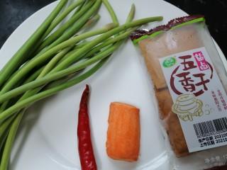 蒜苔香干,准备好所需材料