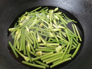 蒜苔香干,将蒜苔焯下水