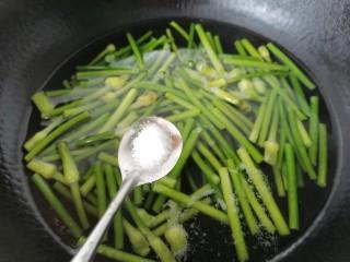 蒜苔香干,加入少许盐使其颜色更翠绿