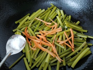 蒜苔香干,加入少许盐调味