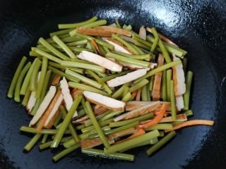 蒜苔香干,翻炒均匀入味即可出锅