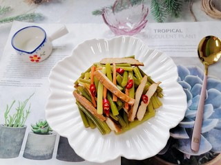 蒜苔香干,拍上成品图,一道美味又下饭的蒜苔香干就完成了。