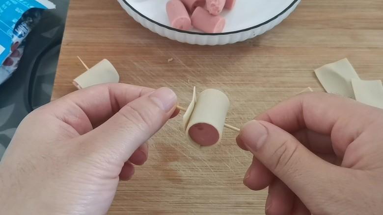 牙签火腿豆皮卷,牙签扎上固定