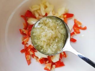 蒜苔香干,碗中加适量小米辣蒜末,少许姜蓉酱