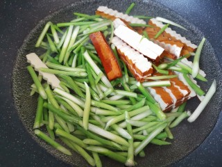 蒜苔香干,加少许盐和食用油,将蒜苔香干焯水