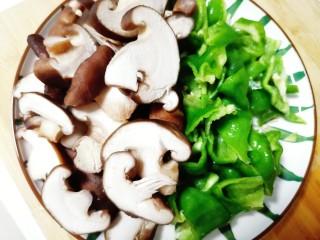 香菇肉片煲,先将香菇切片,青椒切块