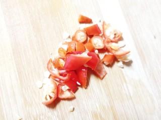 香菇肉片煲,小米辣蒜瓣切末