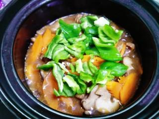 香菇肉片煲,待汤汁收干加入青椒块