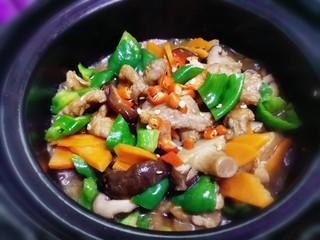 香菇肉片煲,熟透入味关火,撒上小米辣即可