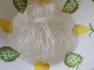 凉拌粉丝黄瓜,粉丝用开水泡发