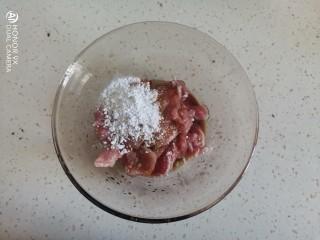 冬瓜瘦肉汤,加入一勺料酒,一勺生抽,适量的食用油,适量的盐和白胡椒粉一勺红薯淀粉