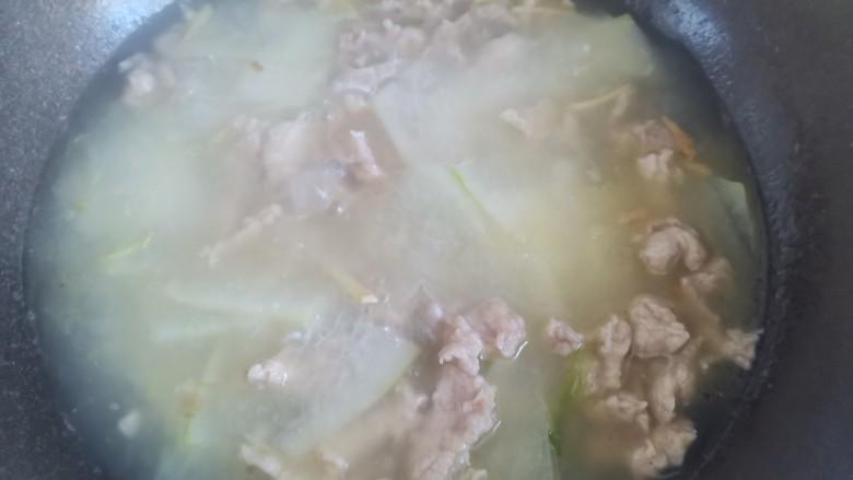 冬瓜瘦肉汤,水开后下入肉片,然后把肉片搅散
