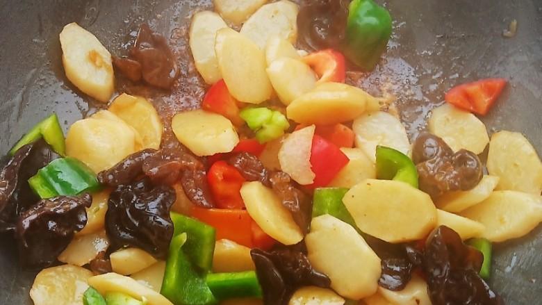 素炒山药,加入青红椒块翻炒至断生即可。