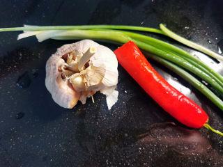油皮五花肉,葱,蒜,红椒