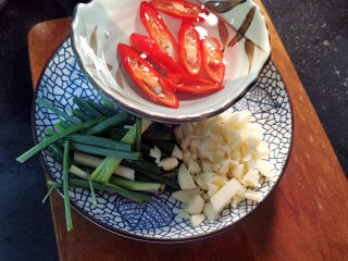 油皮五花肉,葱切段,蒜拍碎切末,红椒切片