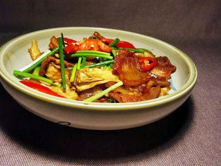 油皮五花肉,一盘看似油腻的下饭菜上桌了,只有尝上一口,才知道真是肥而不腻。