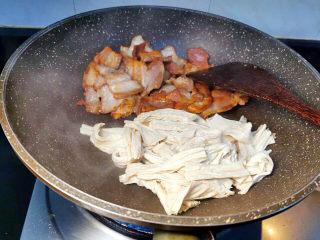 油皮五花肉,利用五花肉煸出的油脂,炒香腐竹(用五花肉煸出的油炒腐竹,味道更顺口)