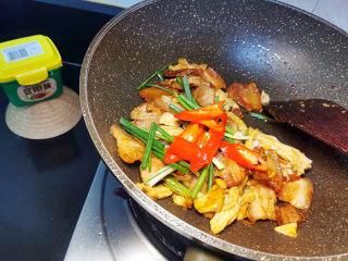 油皮五花肉,拌炒均匀入味(汤汁不宜过多,能巴住食材即可,过多水分,不够干香)
