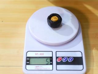 2021好事发生(好柿花生)网红月饼保姆级教程来啦,接着做花生造型:取30克的芝麻馅料,揉圆戳出一个小洞,挤入5克花生馅料;慢慢收口,揉成团