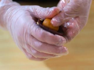 2021好事发生(好柿花生)网红月饼保姆级教程来啦,豆沙馅压扁放入蛋黄肉松馅,用虎口慢慢收紧