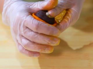 2021好事发生(好柿花生)网红月饼保姆级教程来啦,搓圆按扁,用柿子皮包住馅料,用虎口慢慢收紧,表面无裂缝即可