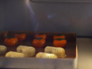 2021好事发生(好柿花生)网红月饼保姆级教程来啦,烤箱提前预热,上管220度 下管150度烘焙5分钟,拿出来冷却一会,让月饼定型,防止塌腰;