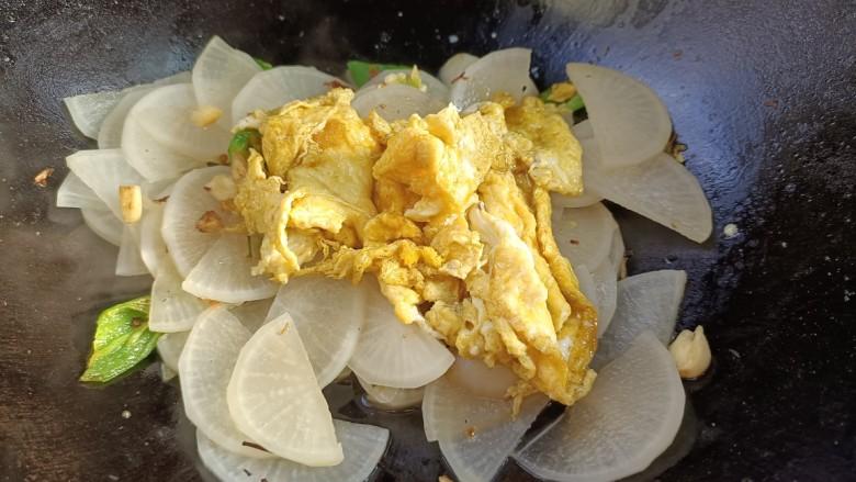 白萝卜炒鸡蛋,倒入鸡蛋,翻炒均匀。