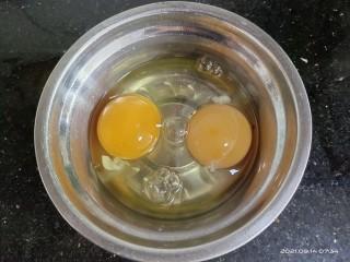 白萝卜炒鸡蛋,鸡蛋打到碗中,充分混合