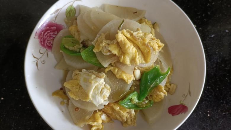 白萝卜炒鸡蛋,起锅装盘