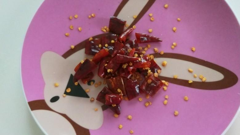 番茄藕丁,剪成小段。