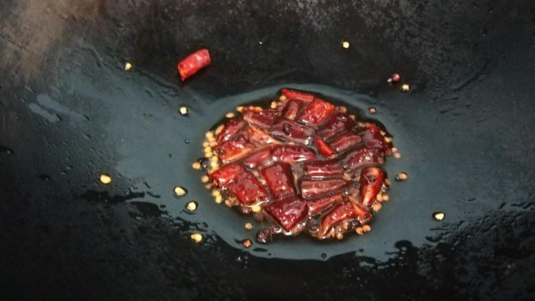 番茄藕丁,放入干辣椒。