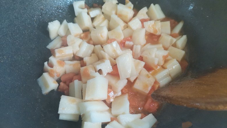 番茄藕丁,然后再倒入藕丁翻炒片刻