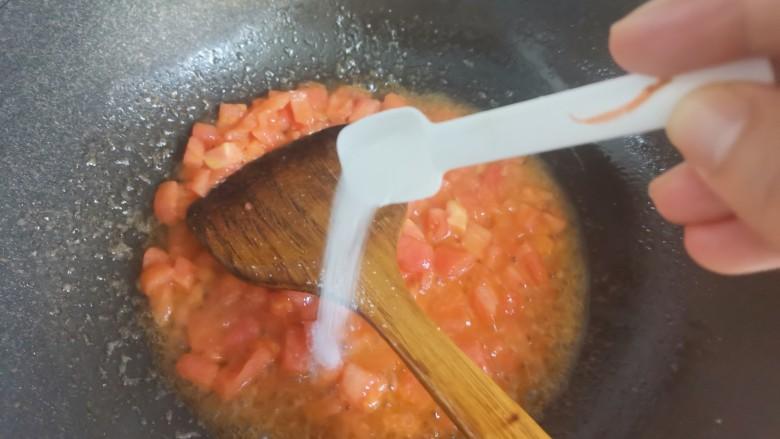 番茄藕丁,加入适量的盐,能够使番茄快点出汁