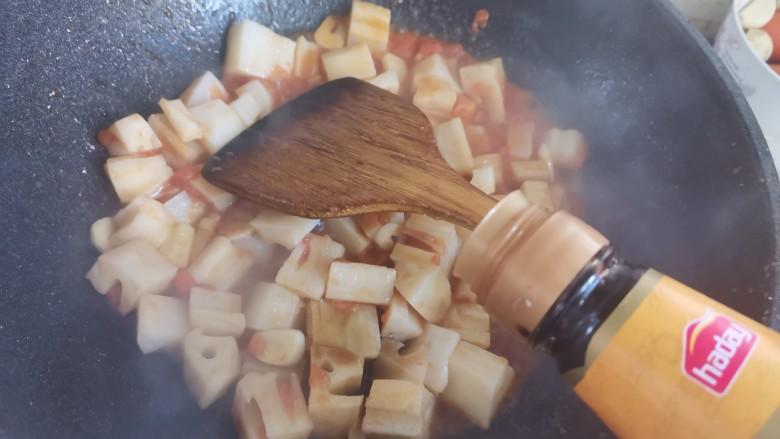 番茄藕丁,再加入一勺醋,翻炒均匀