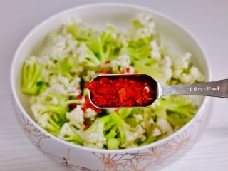 椒盐花菜,加入辣椒粉。